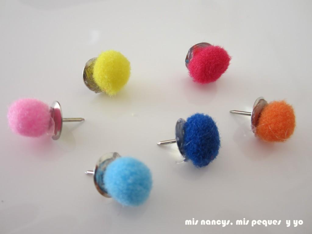 mis nancys, mis peques y yo, chinchetas con pompones de colores