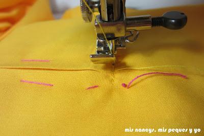 mis nancys, mis peques y yo, tutorial DIY funda de cojín sencilla con cremallera y volante, coser final cremallera