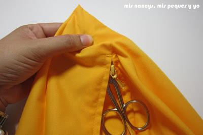 mis nancys, mis peques y yo, tutorial DIY funda de cojín sencilla con cremallera y volante, sacar esquinas con tijera