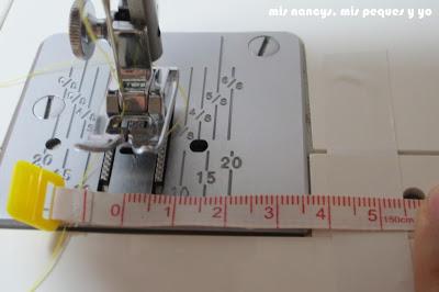 mis nancys, mis peques y yo, tutorial DIY funda de cojín sencilla con cremallera y volante, colocar cinta adhesiva a 4 cm