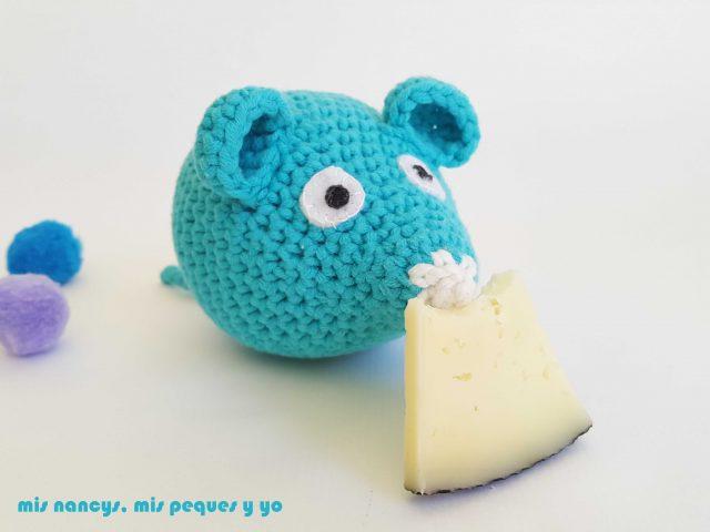 mis nancys, mis peques y yo, ratón amigurumi azul comiendo el queso