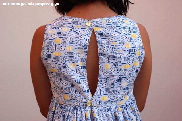 mis nancys, mis peques y yo, vestido everyday dress de Cosotela, detalle espalda como queda vestido azul pececitos
