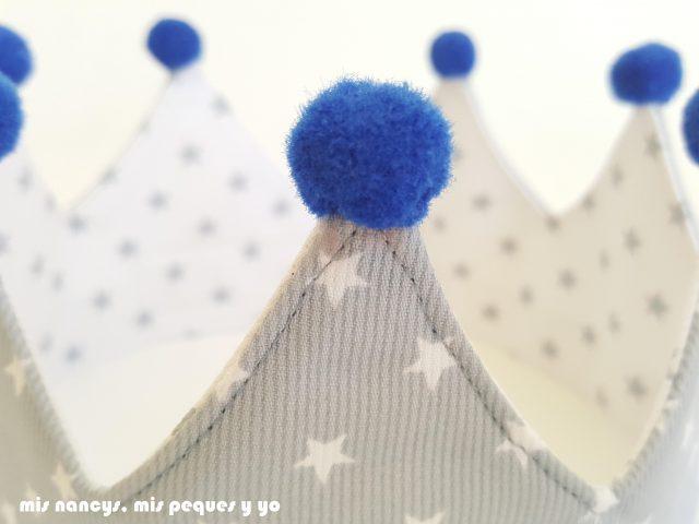 mis nancys, mis peques y yo, corona de tela para niños y marco personalizado, detalle pompones corona reversible