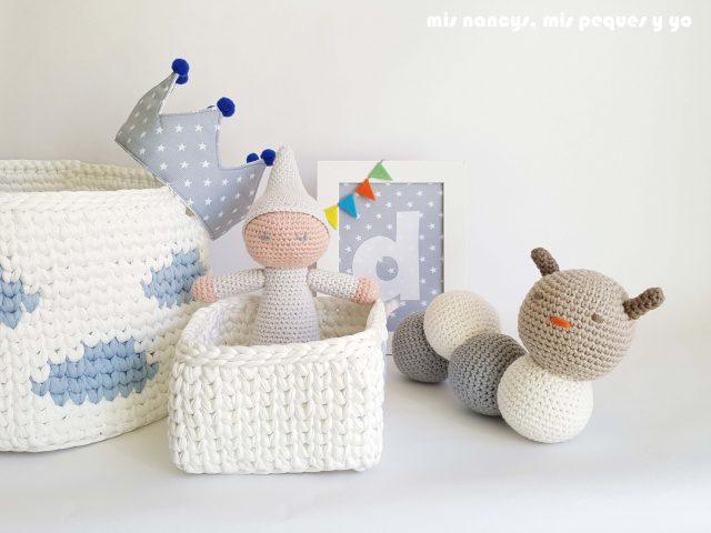 mis nancys, mis peques y yo, gusano amigurumi bicolor, regalos cesta de nacimiento para Diego