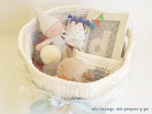 mis nancys, mis peques y yo, gusano amigurumi bicolor, cesta de trapillo con nubes con todos los regalos