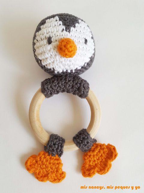 mis nancys, mis peques y yo, sonajero mordedor amigurumi patito y pingüino, detalle pingüino