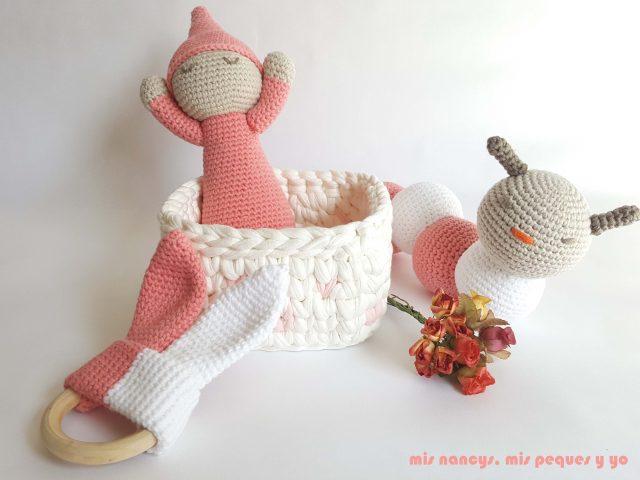 mis nancys, mis peques y yo, mordedores conejito de crochet, conjunto regalos gusano, bebe y mordedor crochet rosa