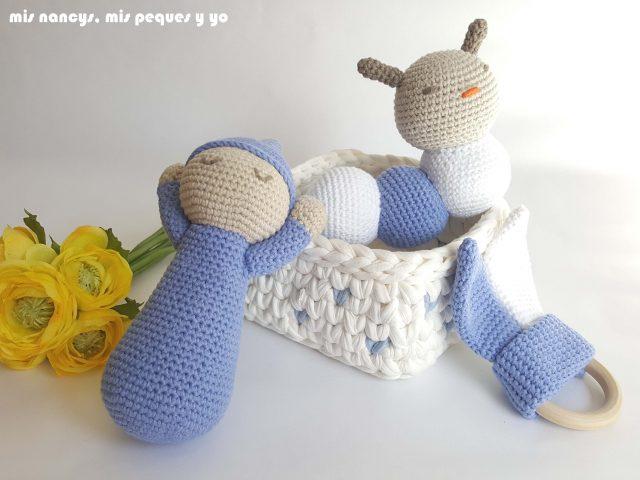 mis nancys, mis peques y yo, mordedores conejito de crochet, conjunto regalos gusano, bebe y mordedor crochet azul