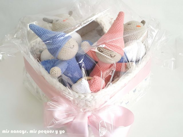 mis nancys, mis peques y yo, mordedores conejito de crochet, detalle cesta de trapillo con lazada con muñecos amigurumis